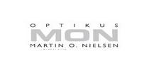 Optikus Martin O. Nielsen (MON) ligger i 2.etasje. Her finner du et stort utvalg i briller, solbriller og kikkerter. Vi utfører synsundersøkelser og kontaktlinsetilpasninger. Vi reparerer også høreapparater og tar avstøpning av øret for lyd og støy propper.
